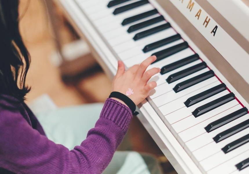 Çocuklar için özel piyano dersleri.