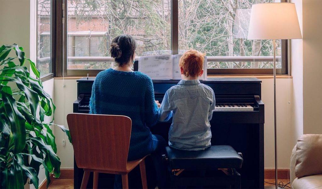 Çocuklar için özel piyano dersi.