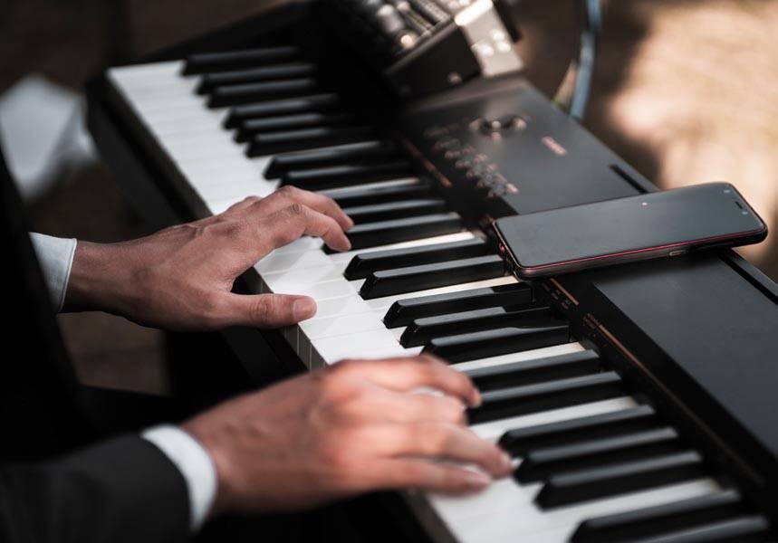 Şirket çalışanları ve çocukları için online piyano dersleri.